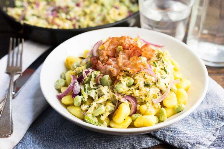 Recept voor gnocchi voor 4 personen. Met zout, olijfolie, peper, prei, tuinbonen (diepvries), rode ui, crème fraîche, mosterd, gnocchi en ontbijtspek