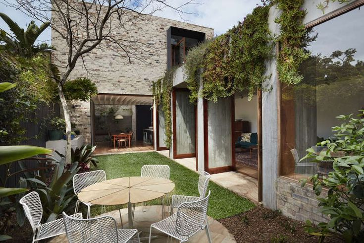 """Stalking the Sydney suburb of Paddington a house caught my eye. """"Don't I know you from som..."""
