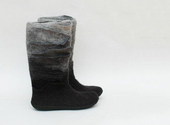Kerst cadeau - handgemaakte vilten laarzen - Valenok - grijze boots - zwarte laarzen - Ombre laarzen - Womens schoenen - Winter laarzen - wollen schoenen - sneeuw schoenen - wol laarzen voor vrouwen - cadeau voor haar  Deze laarzen zijn van zwarte en grijze wol vilten. Ik gebruik gewoon zeep en warm water tijdens het vilten.  Ze zijn ingericht met merino wol linten. Deze combinatie is op bestelling gemaakt. Als u wilt iets gelijk laten, houd er rekening mee, dat ze zal enigszins afwijken van…