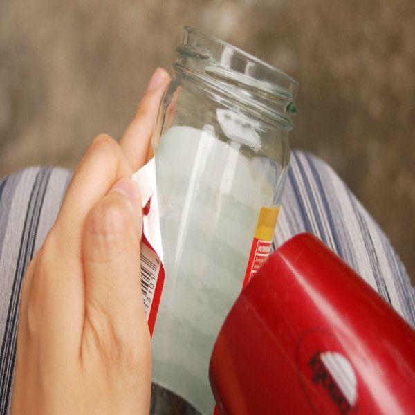 Muchos productos se comercializan en recipientes plásticos sobre los cuales se imprimen el logotipo y el nombre de la marca. En el caso de las botellas de vidrio, las etiquetas suelen ser difíciles de remover. Siempre queda algún resto de pegamento. No dejes que esto evite que reutilices estos envases. Cómo remover las etiquetas impresas sobre los recipientes de plástico Materiales - Acetona pura - Un paño - Un recipiente Instrucciones Asegúrate de trabajar en un área bien ventilada, ...