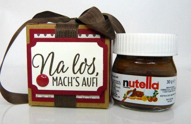 Ein wunderschönes Weihnachtsgeschenk oder als süßes Mitbringsel in der Adventszeit: Ein Mini-Nutella Glas, verpackt in einer von Hand dekorierten Geschenkschachtel. Die Schachtel ist ca. 5 x 5 x...