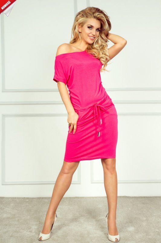 Sportowa sukienka z krótkimi rękawami, uszyta z przyjemnego w dotyku, elastycznego materiału.