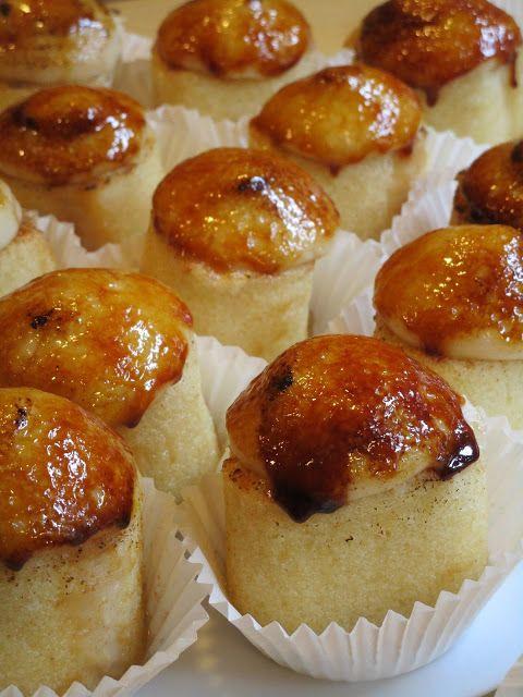 Piononos. Pequeño dulce típico de Santa Fé (Granada, España), elaborado con bizcocho, crema pastelera, canela, almíbar y azúcar tostada.