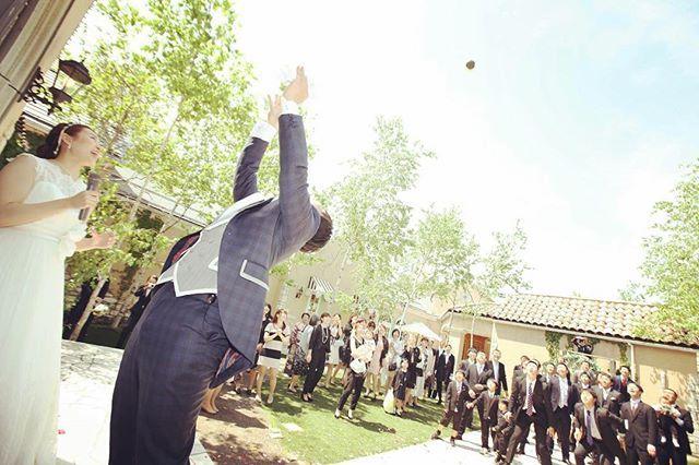 instagram『#結婚式演出』の面白アイデア5*♡  最近人気のある、ブーケトスではなく『ブロッコリートス』。新郎の投げるブロッコリートスの意味は、ブロッコリーは房がたくさんあることから子孫繁栄などの意味があり、受け取った方が健康に過ごせますようにという願いが込められているそうです*照れながらも盛り上がる演出なのだとか♡  男性全員参加!ブロッコリートスで大盛り上がり^ ^  #長岡 #新潟 #結婚式場 #wedding #パルティール #ラパルティール #partir_nagaoka #ブロッコリー #ブロッコリートス #broccoli #broccolitoss  #結婚式演出  #おすすめ #人気 #ガーデン #開放感