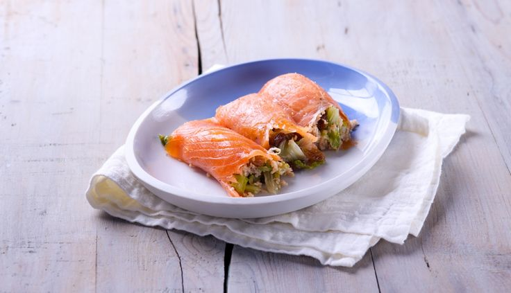 Involtini di salmone affumicato ripieni di cous cous di farro e scarola in agrodolce