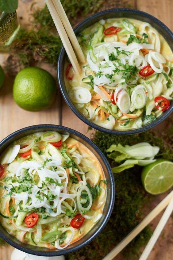 Grünes Thai Curry mit Zucchini Möhre und Pak Choi   Green Thai Curry with Zucchini, Carrots and Pak Choi   Rezept auf carointhekitchen.com   #thai #curry #recipe
