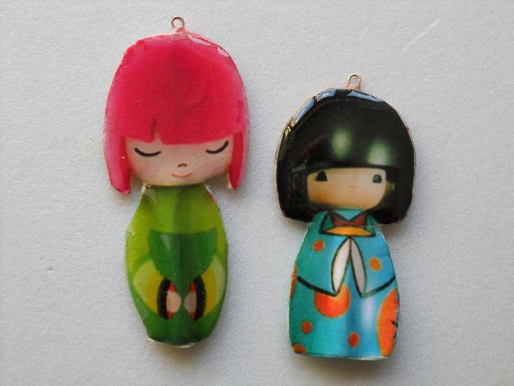 Le Kokeshi  sono un tipo di bambole tradizionali giapponesi, originarie della regione di Tōhoku. Realizzate manualmente in legno, hanno un busto semplice cilindrico e una larga testa sferica, con poche linee stilizzate a definire i caratteri del viso. Una caratteristica delle bambole Kokeshi è la mancanza di braccia e gambe.