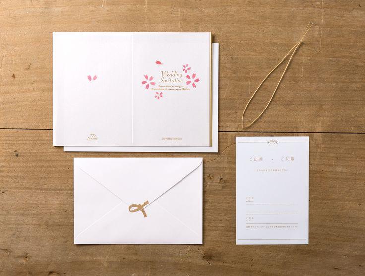 """【hirari-招待状】「和の心にスイーツの小粋な衣をまとって」がコンセプトの""""wabisabi swetts(ワビサビスイーツ)シリーズ"""" 桜の花びらをよく見ると、たいやきがたくさんかくれんぼしている…! そんな姿を、""""ホワイト×赤×金""""でシンプルにおめでたく 美しく仕上げました。"""