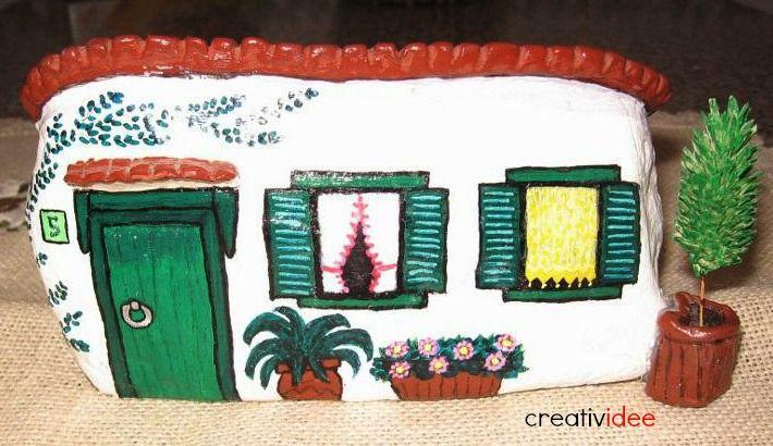 Parecchio tempo fa ho comprato un libro su come dipingere le case sui sassi.....ne sono rimastaletteralmente incantata! Ho cominciato a guar