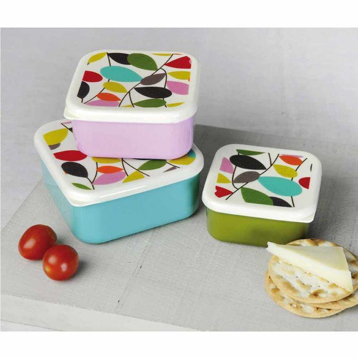 C'est l'heure du goûter ! Avec ces trois jolies boîtes snacks, fruits etyaourts éviteront l'écrasement dans le fond du sac ! Des lunchbox qui plairont autant aux petits que aux grands.    Découvrez également ce motif décliné sur les assiettes, bols et plats dela même collection.    Sans BPA.    Passe au lave-vaisselle (max 40°C).       9,50 € http://www.lafolleadresse.com/accessoires-de-cuisine/3222-3-boîtes-gigognes-ivy-en-plastique.html
