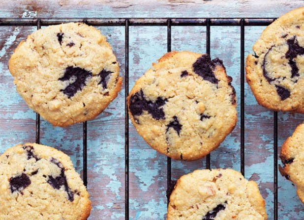 Peanutbutter chocolate chip cookies - delicious recipe for low carb, sugar free, grain free, gluten free cookies --> MyCopenhagenKitchen.com