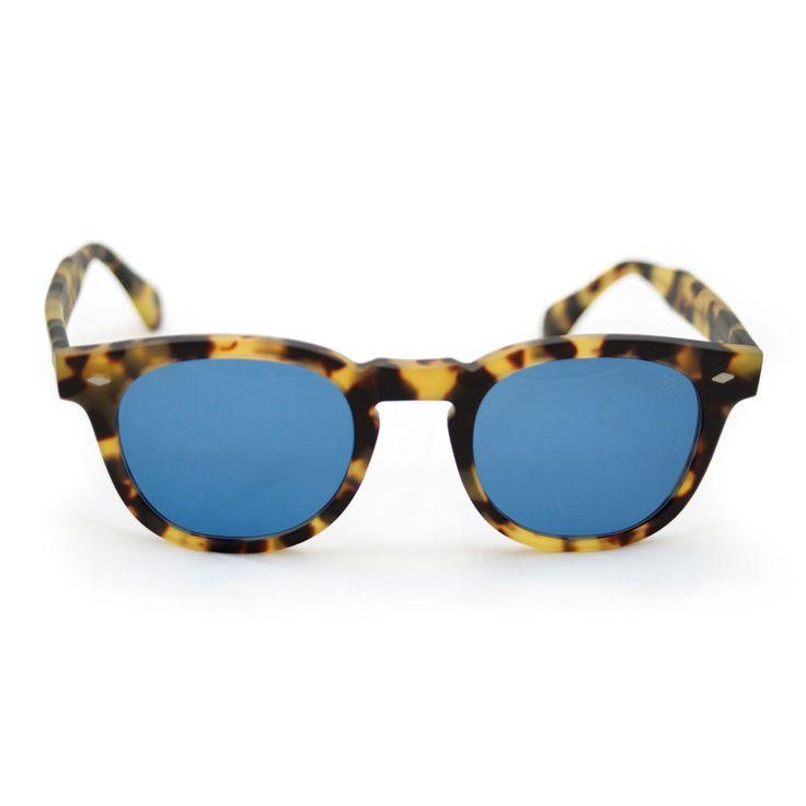 Occhiale da sole JONNY by David Marc in acetato di cellulosa lavorato interamente a mano in Italia. Lenti da sole zeiss per un eccellente qualità ottica. Il mood è vintage e ricorda gli occhiali americani anni 50.