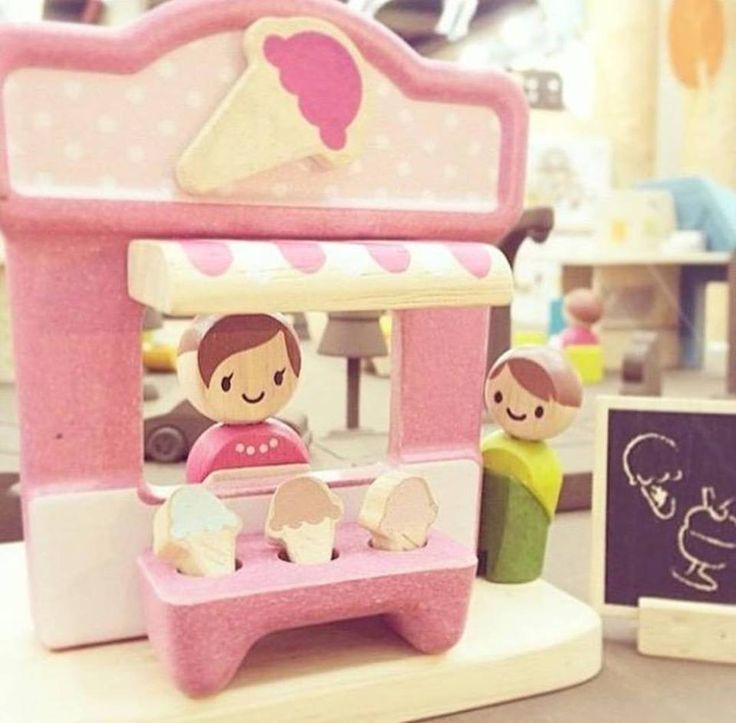 Sød isbutik i bæredygtigt træ fra PlanToys. #is #isbutik #legetøj #bæredygtighed