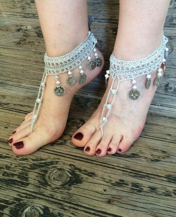 Boho Bridal Silber grau glänzend barfuss Sandalen, Hochzeit häkeln Fuss Schmuck, silbrig grau Fußkette, Metall Münzen und Perlen Schuhe, Fuß-Schmuck