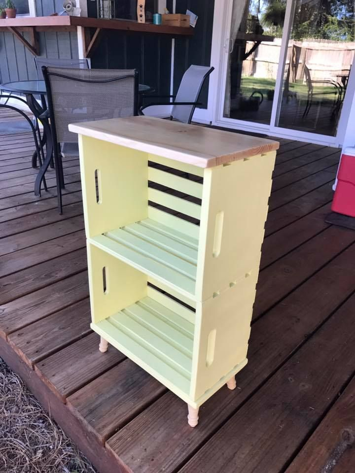 Kistenbücherschrank aus Kisten, Beinen und einer Kiefernspitze. #legs #bucherr …, #aus #Be …   – Wooden crates bookshelf