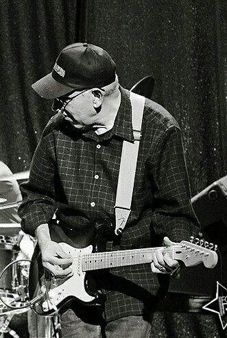 Carlos Corales - Aguaturbia. Siempre lo veía en cuanto vale el show o en el programa de julito videla. Cuando caché que era el guitarrista de Aguaturbia,  no podía creer que un chileno tocara tan bakán la guitarra. Quedé loco.