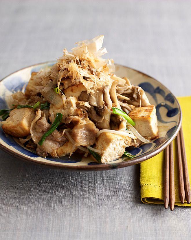 豆腐をこんがり焼いてから具と炒め合わせると味がぼやけません。削り節は2回に分けて加え、風味よく仕上げて。