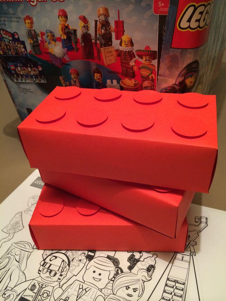 Legotraktatie van papier met zelfgepofte popcorn er in en een kleurplaat van de LEGO film er bij.