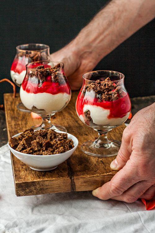 Dessert im Glas: Panna cotta mit Rhabarber und Schoko-Pumpernickel