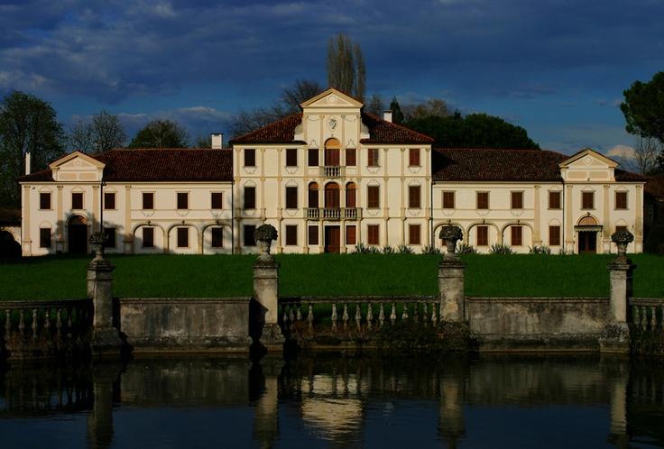 Siamo in Veneto, precisamente a Codognè (TV).   Quella che vi presento è Villa Toderini, risale al XVIII secolo.   La villa è ricordata per aver ospitato Ugo Foscolo, che a Codognè compose delle poesie.