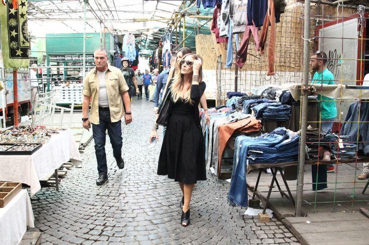 """Sarah Jessica Parker passeggia tra le bancarelle del mercato di abbigliamento usato di via Sannio, a Roma. Il mercatino è una delle destinazioni delle fashioniste in cerca di abiti vintage e l'attrice americana sembra non volersi fare sfuggire l'occasione di comprare un vestito made in Italy. La Parker è a Roma per le riprese della commedia romantica """"All Roads lead to Rome"""", della regista Ella Lemhagen"""