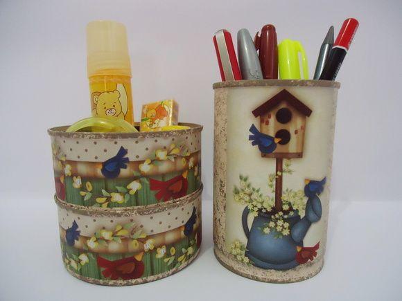 PRONTA ENTREGA.    Kit com porta canetas e porta clips dois andares.  Latas decoradas, pintura em Bege Claro Rosado, esponjado em Camurça, decoupage com motivos de pássaros e flores.  Aplicação de Verniz Fosco.    Sugestão de uso: para acomodar canetas, lápis, clips, borracha, apontador, etc.    Obs.: canetas, clips e demais materiais não acompanham o kit. R$ 20,00