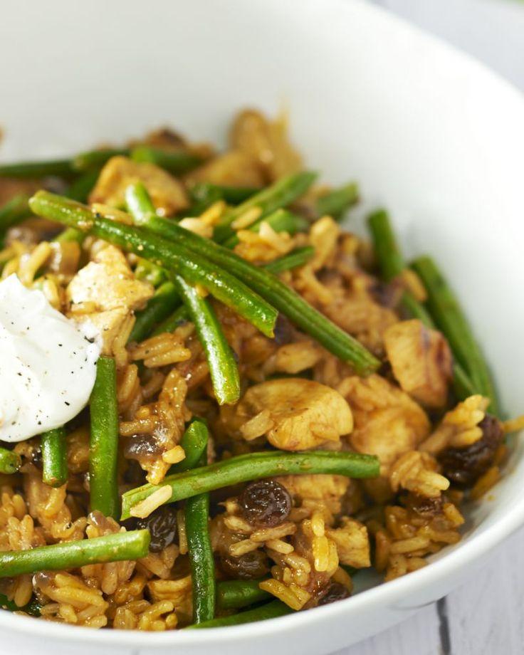 Biryani is een rijstgerecht met kip uit de Indiase keuken. Heerlijk kruidig en gemakkelijk. De yoghurt is een mooi contrast bij deze pittige schotel.