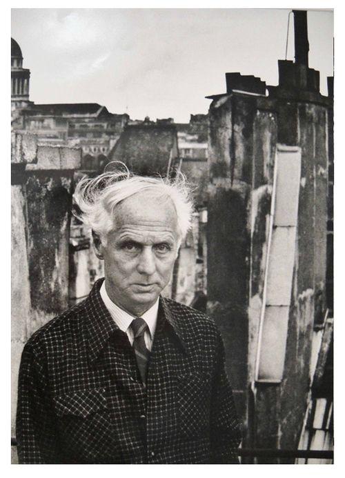 """Max Ernst: """"Wenn man also den Surrealisten sagt, sie seien Maler einer stets wandelbaren Traumwirklichkeit, so darf das nicht etwa heißen, daß sie ihre Träume abmalen (das wäre deskriptiver, naiver Naturalismus), oder daß sich jeder aus Traumelementen seine eigene Welt aufbaue (das wäre 'Flucht aus der Zeit'), sondern daß sie sich auf dem physikalisch und psychisch durchaus realen, wenn auch noch wenig bestimmten Grenzgebiet von Innen- und Außenwelt frei, kühn und selbstverständlich…"""