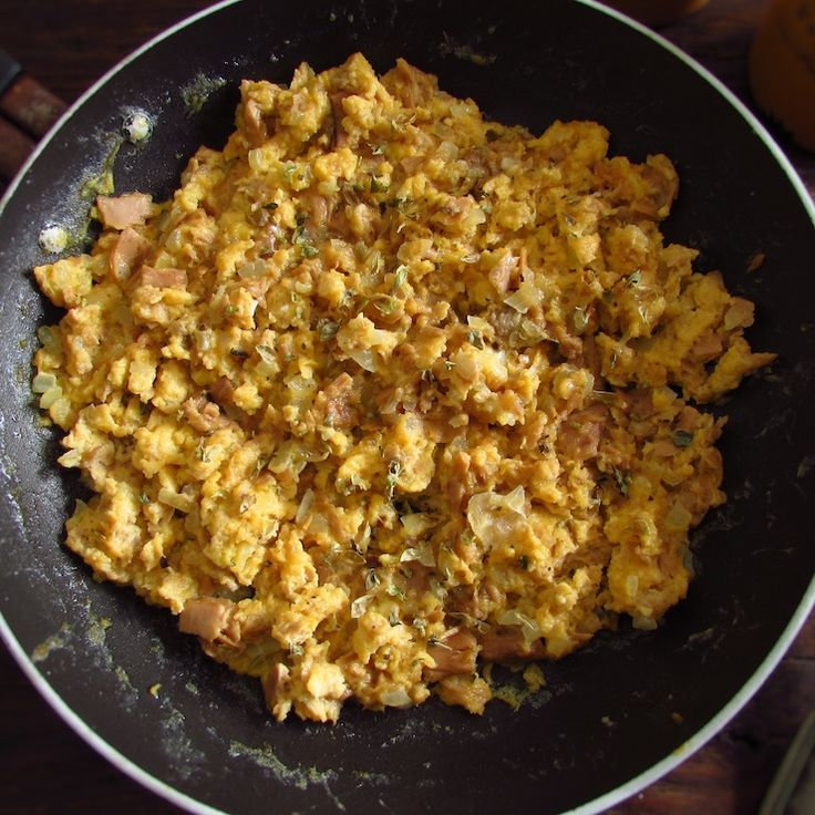 Scrambled eggs with tuna | Food From Portugal. Going to have dinner with friends and want to prepare a different and tasty appetizer? We suggest scrambled eggs with tuna, it's easy to cook and will whet your appetite for the next meal! Try it!!   http://www.foodfromportugal.com/recipe/scrambled-eggs-tuna/