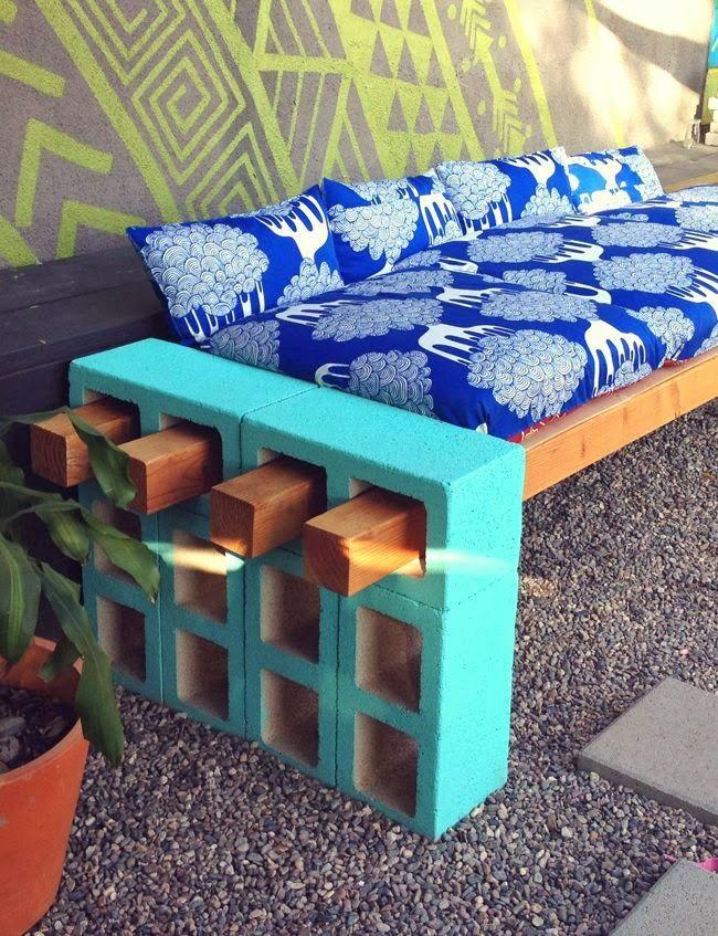 sofa exterior con ladrillos y vigas