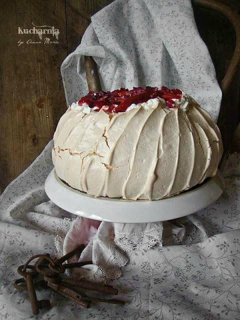 KUCHARNIA: Duże dziecko. Tort bezowy rabarbarowo-różany.