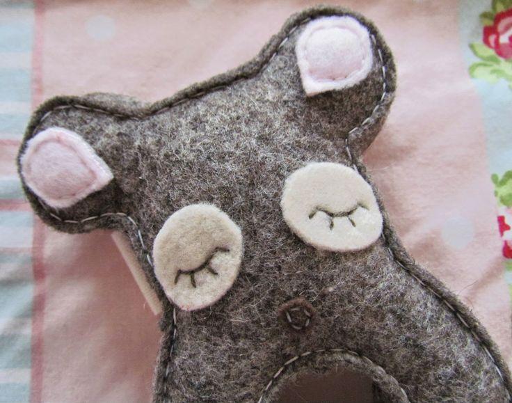 Emy   Annie Felt Mouse Rattle ♥ http://www.dollydowsie.com/2014/04/emy-annie-felt-mouse-rattle.html
