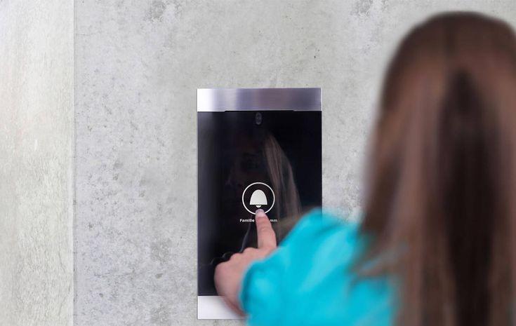 RESIDIUM - Door Unit Schnörkellose Eleganz und hochwertige Materialien... sind hier das Kleid zukunftsweisender Technologie. Die RESIDIUM Door Unit ist viel mehr als eine stilvolle Türkommunikation: Mit einem RFID-Token zum Beispiel oder einem Zugangscode öffnen Sie die Eingangstür auch ohne Schlüssel. Dass die Authentifizierungsdaten nicht auf der Door Unit gespeichert sind, gibt Ihnen Schutz bei Vandalismus und Einbruchsversuchen.