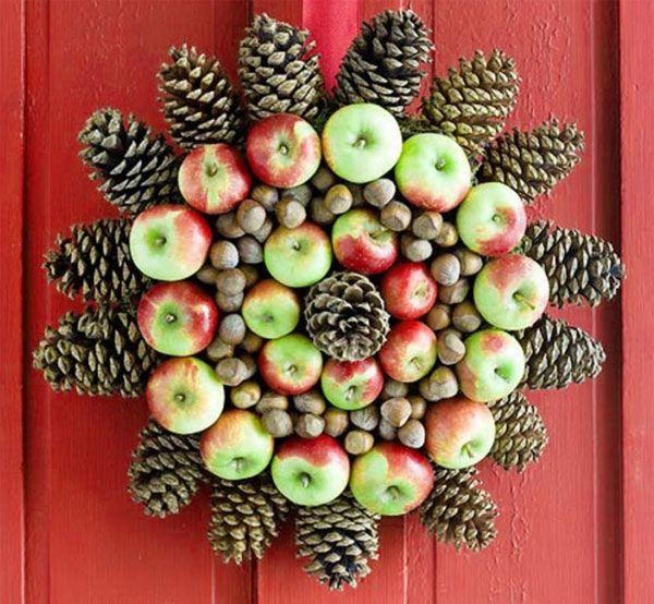 Ghirlanda natalizia fai da te con pigne, mele e nocciole