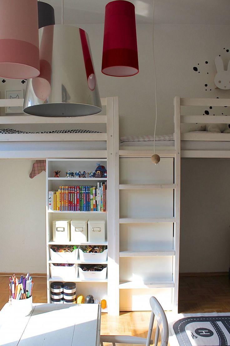 Es ist an der Zeit für einen Beitrag über unser Doppelhochbett. Ich wurde jetzt so oft danach gefragt, ob und wie wir das Bett im Kinderzimmer selbst gebaut haben, dass ich's heute einfach ma…