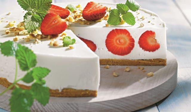 Nepečený cheesecake s jahodami a bielou čokoládou