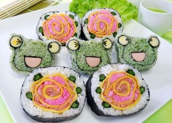 Frogs and roses sushi roll