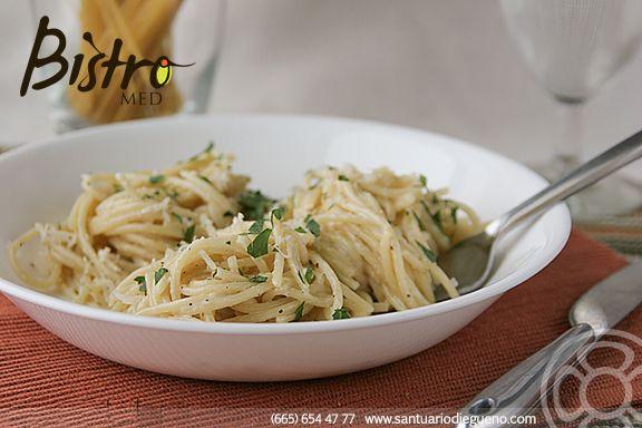 Cómo preparar Espaguetti a la parmesana: 1. Calentar a fuego alto agua con sal y un poco de aceite de oliva . 2. Agregar la pasta hasta que el agua este hirviendo. 3. Derretir mantequilla en un sartén. 4. Agregar los camarones o pollo uno vez que la mantequilla se haya derretido.  5. Ya que se haya cocido la pasta, incorporarla en el sartén.  6. Agregar queso parmesano y dejar que se derrita. 7. Al momento de servir puedes colocar más queso parmesano y perejil.  #parmesan #spaghetti
