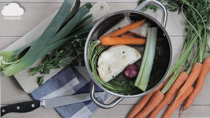BULION WARZYWNY - podstawa wielu potraw, albo vege rosół – PodNiebienie #bulionwarzywny #bulion #PodNiebienie #vegebroth #broth #marchewka #carrot #veggies #veggiesoup #celery #seler #por #leek #pietruszka #parsley #domowegotowanie #zupa