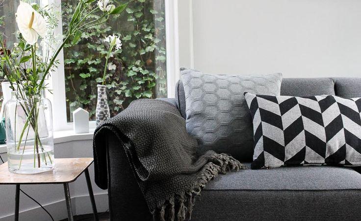 XL plaid of sprei in zwart met grijze katoen. Merk: KnUS Handle with Love. Kussen grijs is van Funky Doris. Bij webshop Ookinhetpaars.