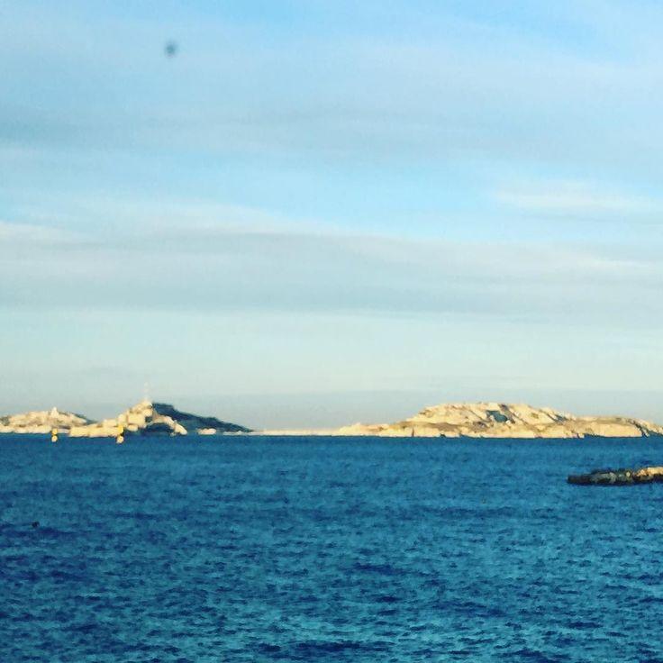 """MARSEILLE... UNE BELLE JOURNEE QUI COMMENCE  Coucou Voila une belle journée qui commence sur Marseille!!! Bon... Je vous laisse... J'attaque ma """"journée de poney"""" Bon lundi  #themouse #365virginieb3 #marseille #igersmarseille #frioul #mer #sea #sun #sunny #sunnyday #bellesaison #jaiponey http://themouse.org"""