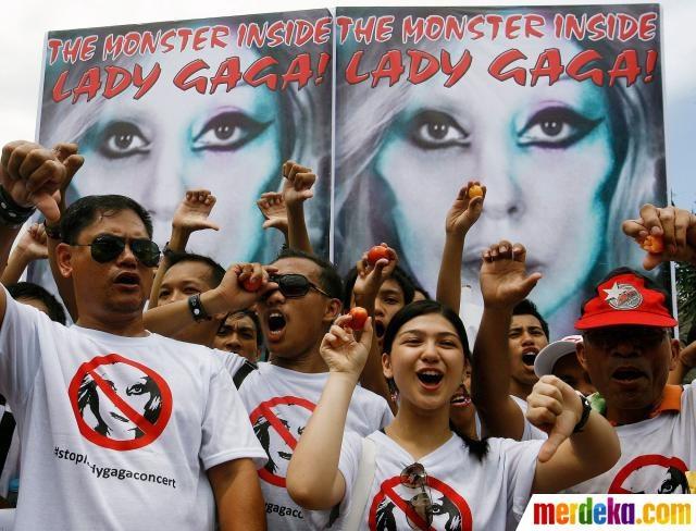 Sejumlah massa dari kelompok kristen menyuarakan yel-yel penolakan konser Lady Gaga di Manila, Filipina.