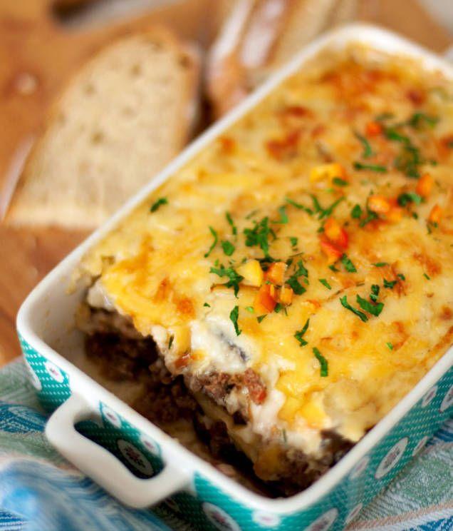 Recept på god lättlagad moussaka, en härligt mättande och smakrik rätt med potatis, aubergine och nötfärs.