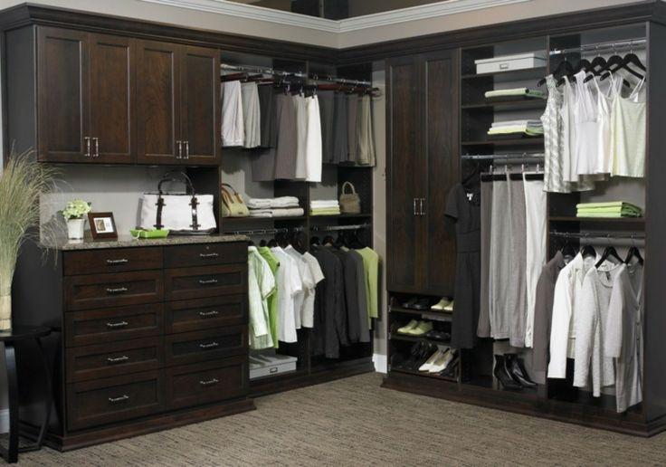 armario sin puertas y gabinetes oscuros