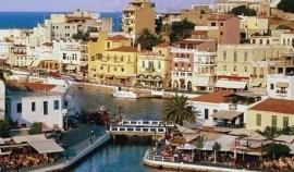 Agios Nikolaos, petit port avec un lac, dans l'Est de la Crète