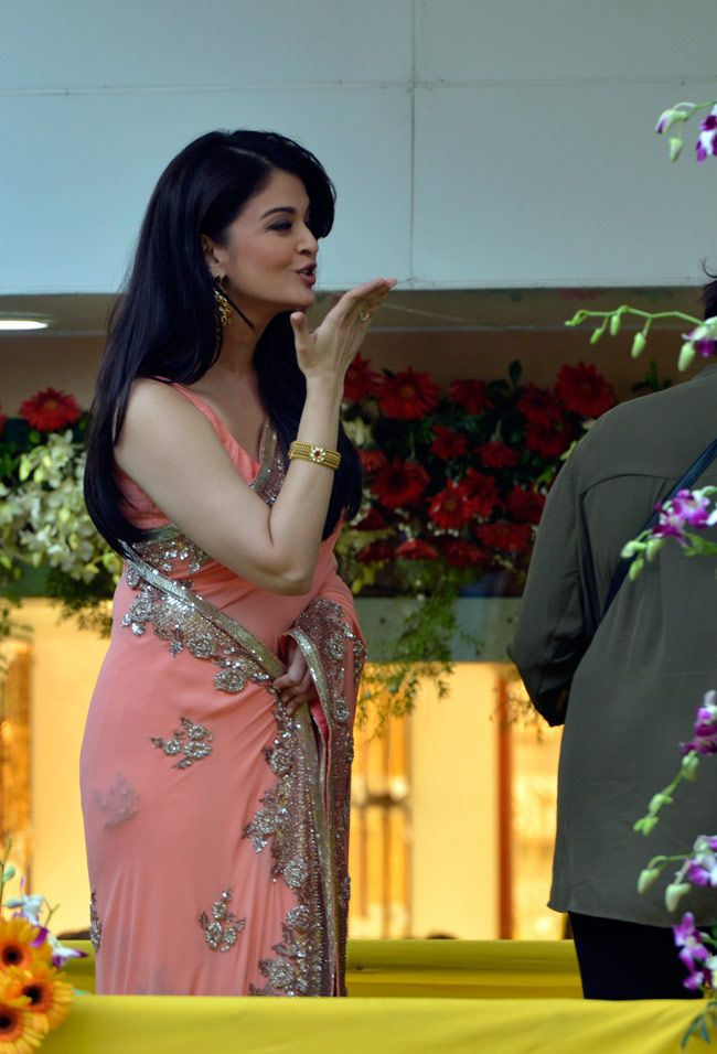 Aishwarya was a time when mobile was cleverly hides its weight. But now he is fully fit and looks beautiful.