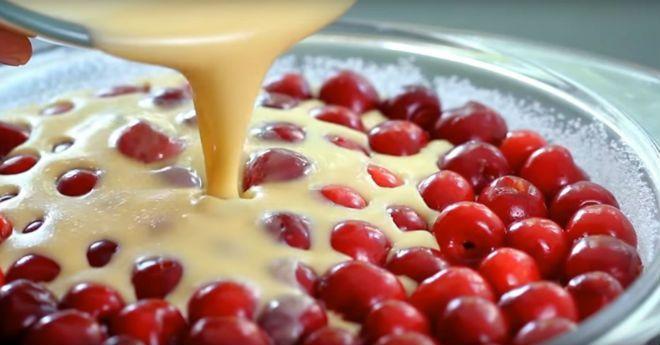 Это самый быстрый вишневый пирог в мире. И вдобавок невероятно вкусный.