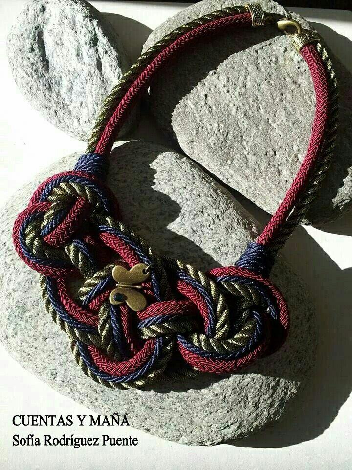 Collar nudo con tres tipos de cordón. Cuentas y maña