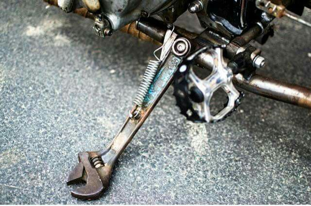 Pie de moto con llave Francesa o Inglesa: vintage o improvisado, lo innovador se mescla con lo práctico. Algo que se tranforma para dar nuevos conceptos al diseño.