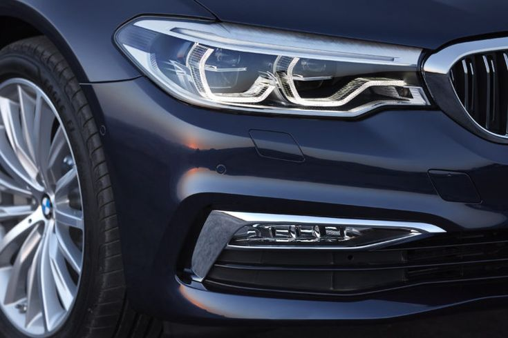 Serial LED headlights in BMW 5-Series 2017.
